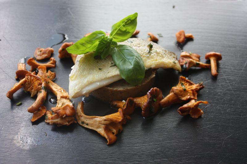 Cabillaud caviar d'aubergine et poelée de girolles
